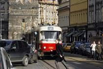 Tramvaj projíždějící Jindřišskou ulicí v Praze.