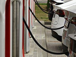 Otevření nové dobíjecí stanice Tesla Supercharger
