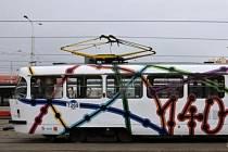 Tramvaj s motivem 140 let Městské hromadné dopravy v Praze. Autory vítězného grafického návrhu jsou studenti primy B pražského gymnázia Postupická.
