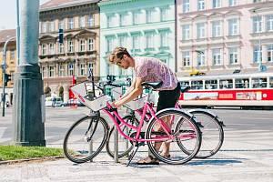 Růžová sdílená kola od firmy Rekola budou elektrifikována díky spolupráci s innogy.
