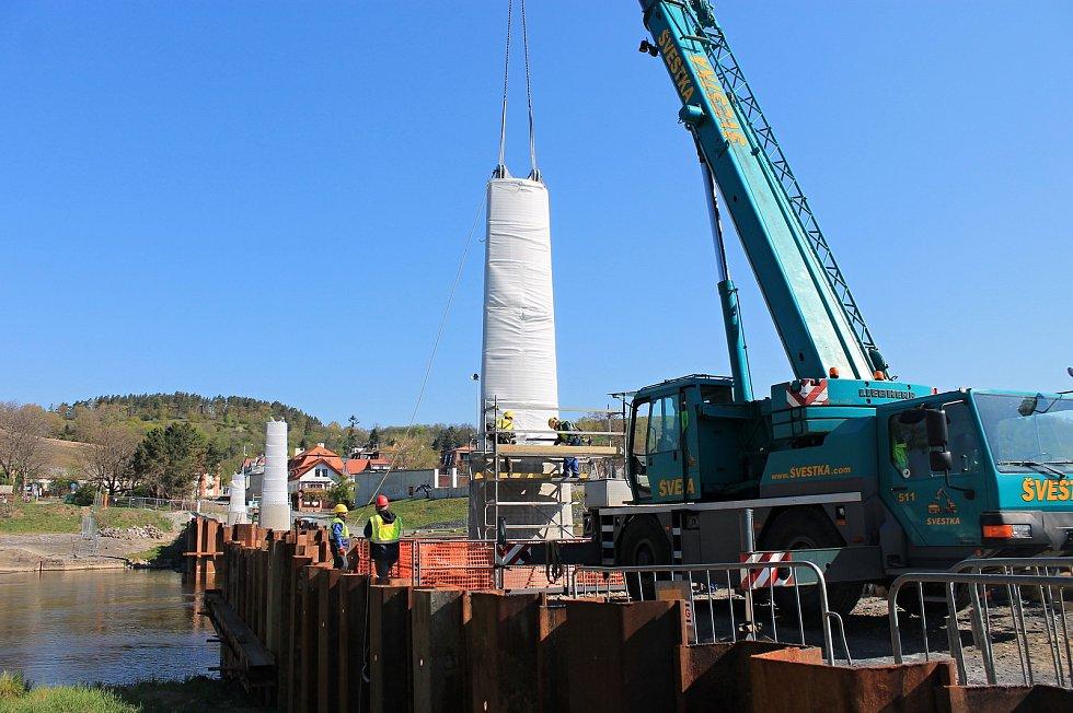 Stavba Trojské lávky je v plném proudu.