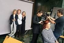 Ve hře Křehkosti, tvé jméno je žena se představí Iva Janžurová, Jana Preissová, Johanna Tesařová, Taťjana Medvecká a Eva Salzmannová.