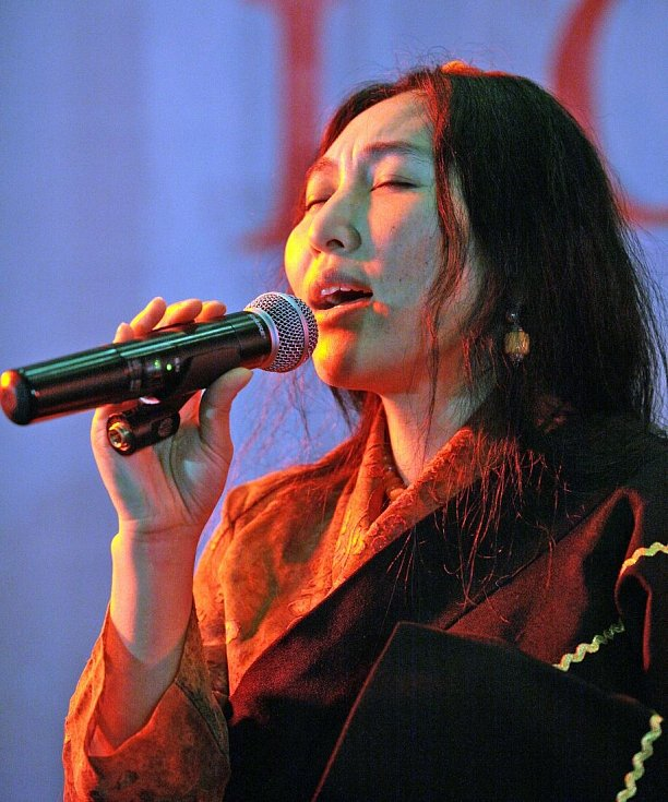 Oslava tibetského nového roku – roku vodního Hada. Praha 8. 2. 2013. Na snímku tibetská zpěvačka Soname