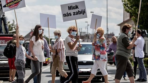 Silnice na Kutnou Horu je přetížená. Lidé z Uhříněvsi, kterou protíná, ji loni v létě blokovali. A požadovali dostavbu Pražského okruhu mezi dálnicemi D1 a D11.