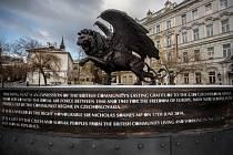 Památník Okřídlený lev od britského sochaře Colina Spoffortha  vPraze na Klárově