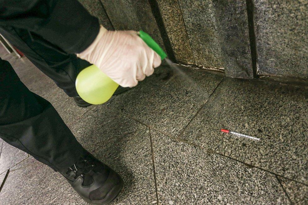 Pražští strážníci v rámci akce Jehla uklízejí infekční odpad v okolí Paleckého náměstí.