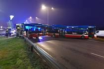 Autobus bez cestujících havaroval na Cínovecké ulici.