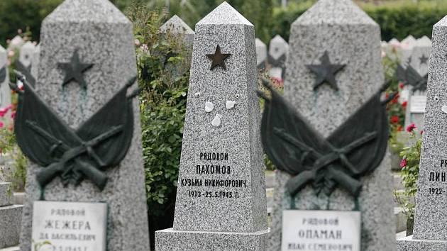 VANDALSTVÍ. Zloději kovů na Olšanských hřbitovech poničili přes sto hrobů ruských vojáků. Strhali z nich bronzové ozdoby.