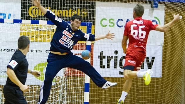 ANI SNAHA gólmana Dukly Tomáše Petržaly na body z Jičína nestačila.