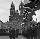 OKUPACE. Slavnosti svěcení praporů Hitlerjugend na Staroměstském náměstí.