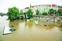 Povodně napáchaly na pražských loděnicích mnohamilionové škody.