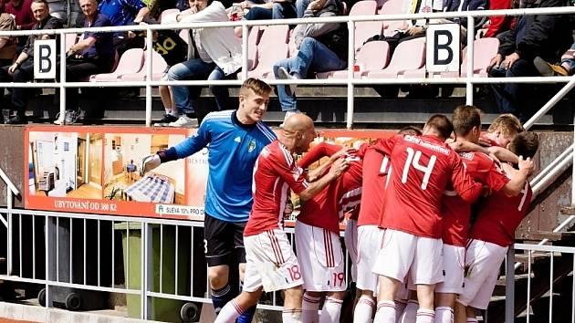 RADOST! Fotbalisté Viktorie Žižkov (v červenobílém) přetlačili Loko Vltavín.