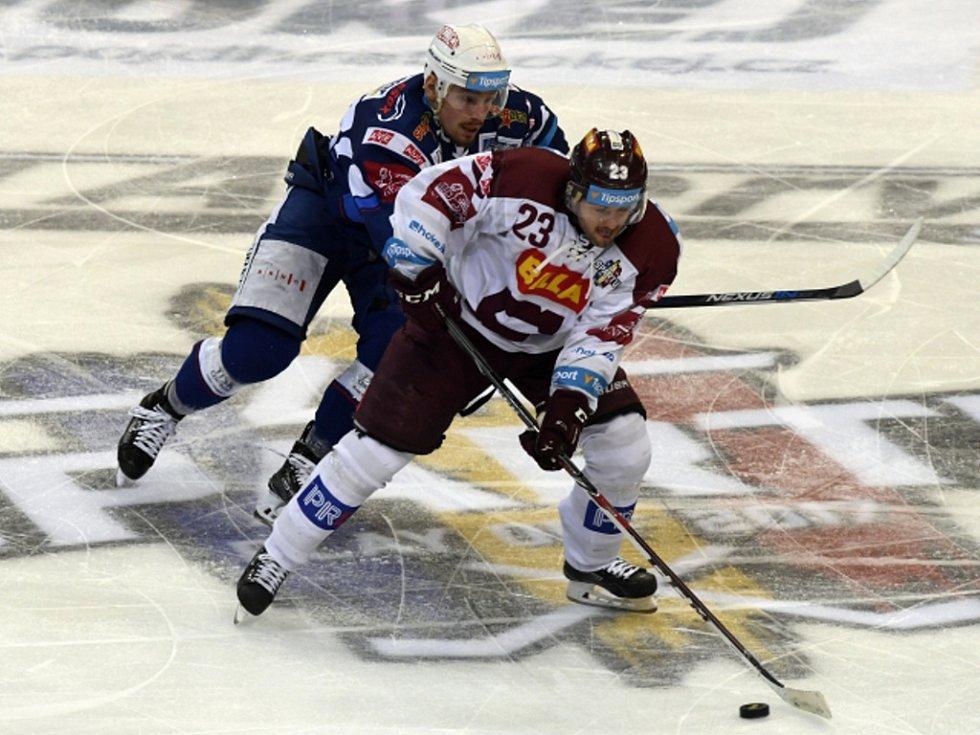 Čtvrtfinále play off hokejové extraligy - 2. zápas: HC Sparta Praha - HC Kometa Brno, 14. března v Praze. Lukáš Pech ze Sparty (vpravo) a Jan Káňa z Brna.