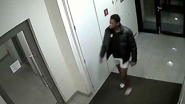 Policie hledá muže, který je podezřelý z možného znásilnění.