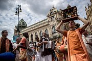 Účastníci desátého ročníku indického festivalu Ratha Yatra prošli 16. července centrem Prahy.