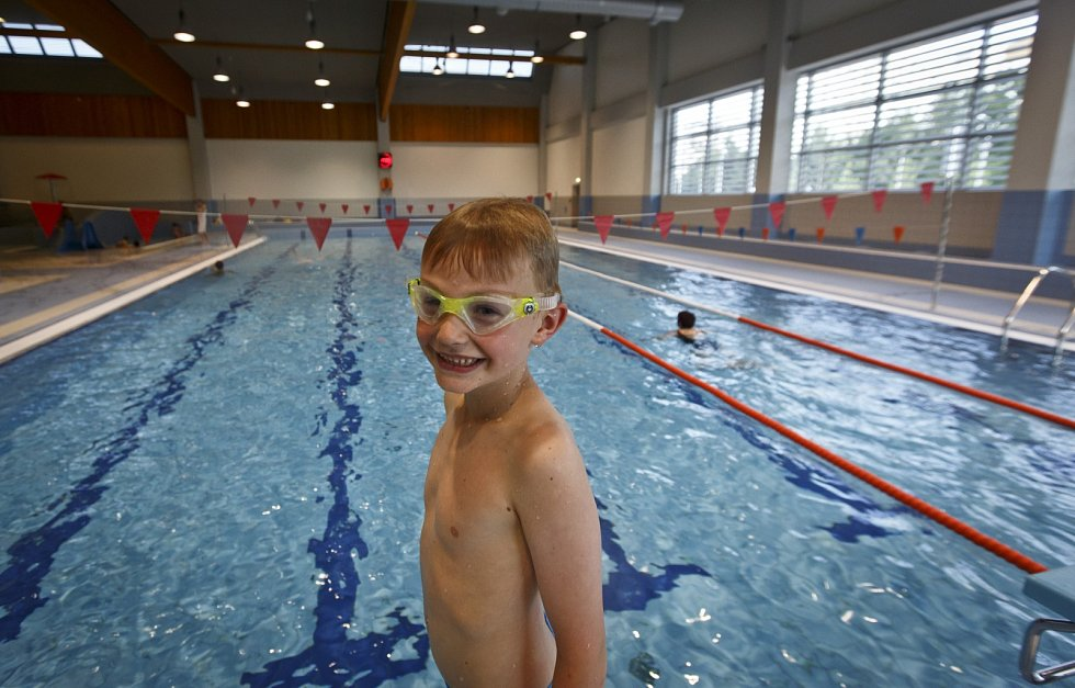 Bazén Vodní svět byl otevřen 23. června v Praze na Jižním Městě. V areálu lidé najdou bazén, vodní atrakce i sportovní halu. Stavba vyšla zhruba na půl miliardy korun, podle opozice je předražená.