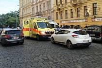 Strážníci z Prahy 1 pomohli mladému muži, který dostal záchvat ve vozidle.