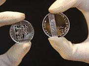 Česká národní banka zahájila ve středu 12. listopadu 2014 v Praze přes své smluvní partnery prodej pamětní stříbrné mince k 25. výročí událostí 17. listopadu 1989. Mince má hodnotu 200 korun a jejím autorem je Jiří Hanuš.