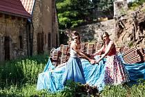 Divoké matky Zuzana Kolková a Kristýna Boková (zleva) v zahradě usedlosti Mazanka v Praze 8.