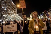 Lidé uctili památku 50. výročí upálení Jana Palacha Pochodem světla 16. ledna v Praze.