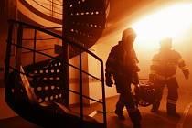 Zásah hasičů při poruše výtahu v hostelu v Sokolské ulici v Praze.