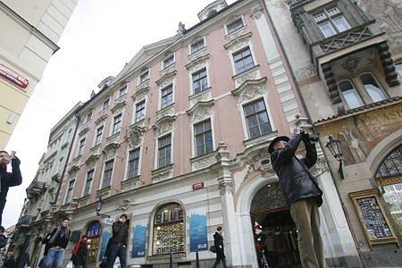 SIXTŮV DŮM V CELETNÉ ULICI. O jeho rekonstrukci se hovoří už téměř 15 let. Nevoli vzbudil záměr investora přestavět památku na hotel.