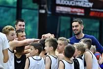ROZENÝ PEDAGOG. Basketbalista Tomáš Satoranský si setkání s dětmi náležitě užívá.