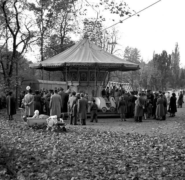 Dětský sen. Kolotoč na Letné přilákal v podzimním nedělním odpoledni rodiny s dětmi. Říjen 1949.