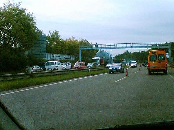 Transport obřího kotle po rychlostní silnici R10, který se nevešel pod mýtnou bránu, zablokoval na několik hodin průjezd na 12. kilometru u Brandýsa nad Labem.