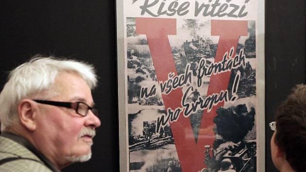 Válečný plakát - několik desítek válečných plakátů z let 1939 - 1945, součástí vernisáže bylo i původní povstalecké obrněné vozidlo Hetzer z roku 1945. Staroměstská radnice