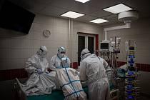 Pacienti s covidem zaplňují lůžka nemocnic. Ilustrační foto.
