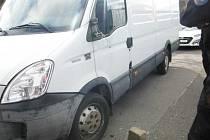 Cizinec v Praze poškodil zaparkované vozidlo, které mu nepatřilo. Prý se chtěl podívat, co v něm je.