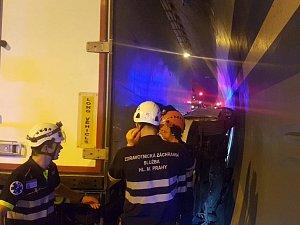 Hasiči zasahovali u dopravní nehody v Lochkovském tunelu.