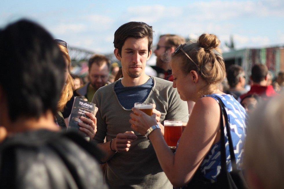 Pivní festival na Náplavce.