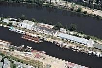Letecký pohled na přístaviště nákladních lodí v Libni.