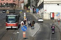 Praha nechala rozšířit tramvajovou zastávku Malostranská v obou směrech. Přibyl ochranný cyklopruh.