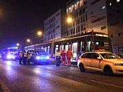 Muž v pražské Hostivaři nepřežil střet s tramvají.
