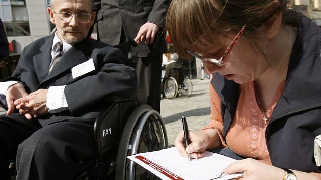 Na Václavském náměstí se 2. dubna podepisovala petice na ochranu lidí s postižením.