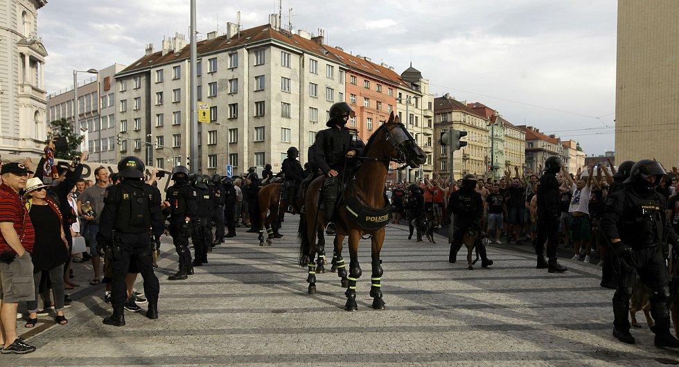 Pochod fanoušků CZ Bělehrad na stadion na Letné ze Staroměstského náměstí.