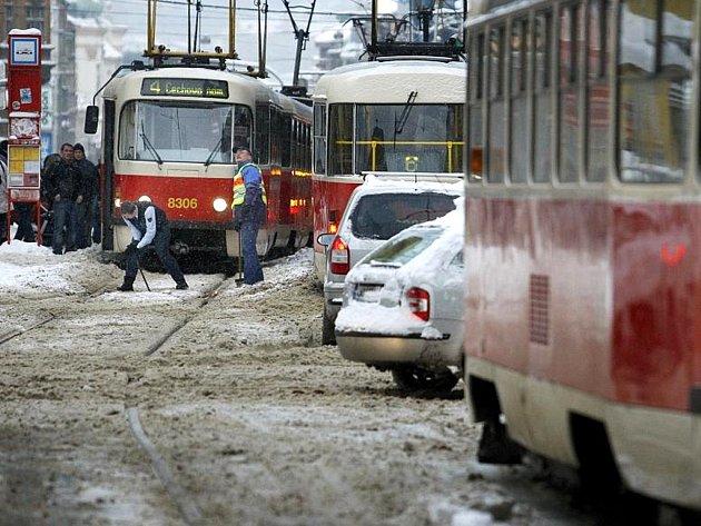 Následky nočního sněžení v Praze. Ilustrační foto.