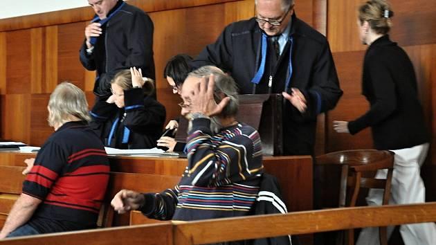 Z obžalovaných se k soudu dostavili pouze dva bývalí řidiči cisteren Vasil Hájek a Jaroslav Dušek.