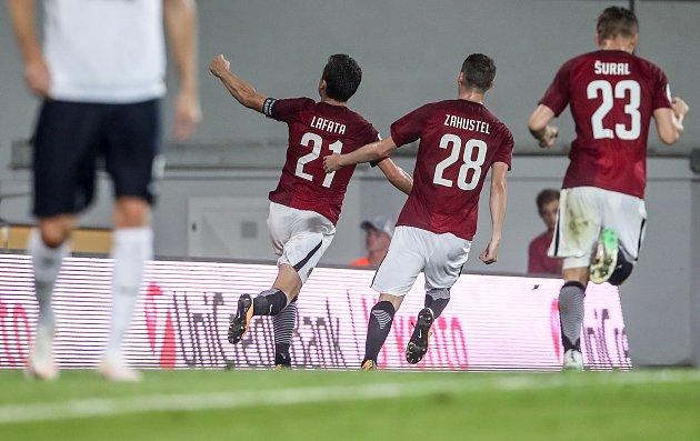 Zápas 4. kola fotbalové HET ligy mezi Sparta Praha a 1. FC Slovácko, hraný 18. sprna v Praze. Sparta oslavuje gól.