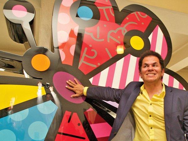 Brazilský sochař a výtvarník Romero Britto se sochou pro Prahu 7nazvanou Garden Butterfly.