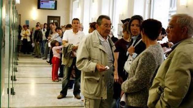 Dlouhé fronty a čekací doby zaskočily všechny žadatele, kteří si přišli vyřídit své záležitosti ohledně řidičských průkazů.