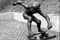Socha skateboardisty. Snímek z roku 1990.