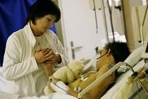 NADĚJE. Zdravotní sestra pečuje o mladíka, kterého ve FN Královské Vinohrady přijali po dopravní nehodě. V kómatu setrvává již několik dní, jeho blízcí doufají v zázrak.