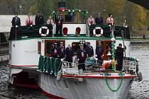 Členové spolku Vltavan uspořádali v neděli u sochy řeky Vltavy pod mostem Legií tradiční tryznu za utonulé na českých řekách.