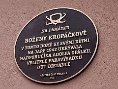 Pamětní deska připomíná ženu, která ukrývala parašutistu Opálku.