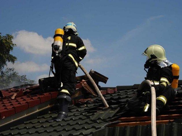 Požár střech v Radotíně.