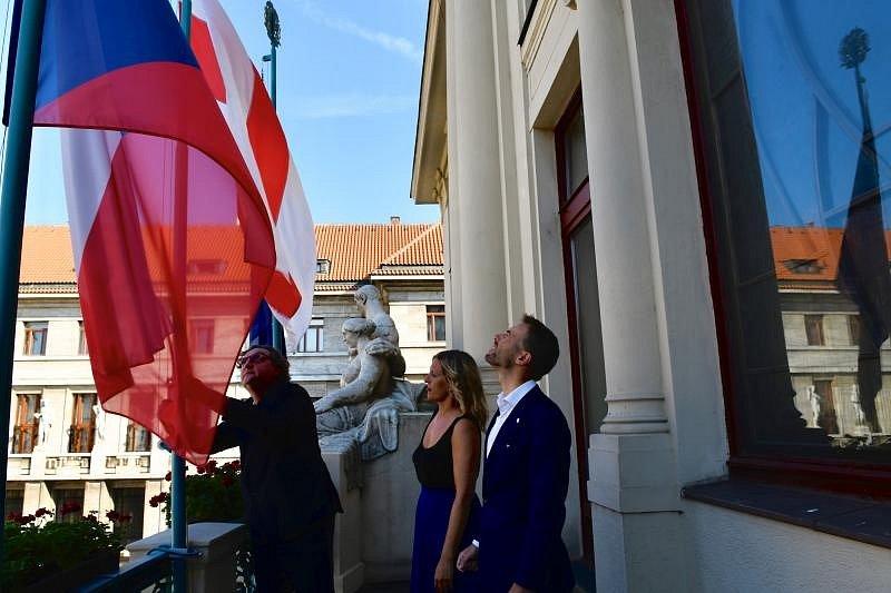 Praha vyvěsila vlajku na podporu svobodné občanské společnosti v Bělorusku.